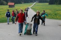 Achtos weggeworfenen Müll einzusammeln ist gut für die Umwelt.