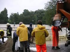 Die gefährliche Seite des Klimawandels: Einsatzkräfte und Helfer beim Hochwasser 2005
