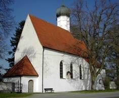 Um die Magnuskirche von Leuterschach stehen heute noch alte Bäume