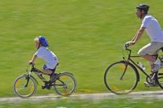 Ob Jung oder Alt: Jeder kann Energie sparen - zum Beispiel durch Fahrrad- statt Autofahren